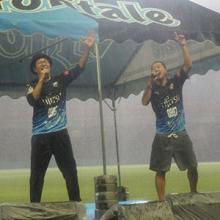 カサリンチュ、宇宙兄弟とのコラボソング「あと一歩」を大雨の等々力競技場で大熱唱