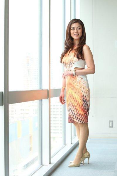 窓際でたたずむ美しい武田久美子