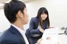 3位態度で匂わす…働き女子が「同僚に好きを伝える方法」意外な1位は?