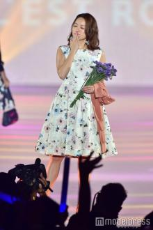 """chay、キュートなキス顔披露 上品コーデで華やかに彩る<関コレ<span class=""""hlword1"""">2016</span>A/W>"""