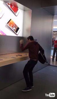 フランスのアップルストアで男性がiPhoneを壊して回る事件 理由は「返金してもらえなかった」から
