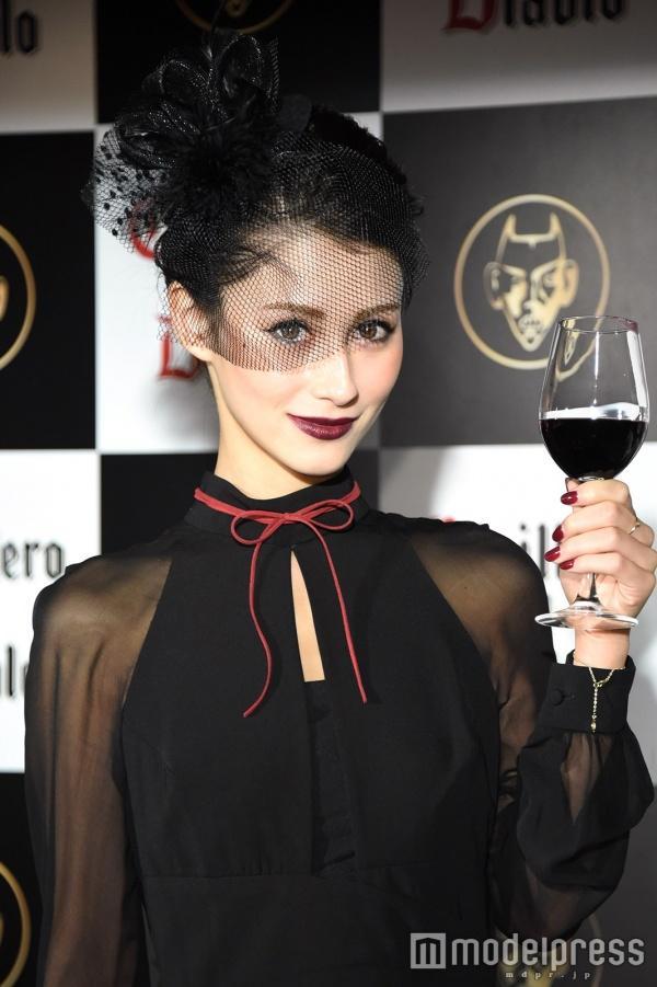 ワインに合うバッチリメイクのダレノガレ明美