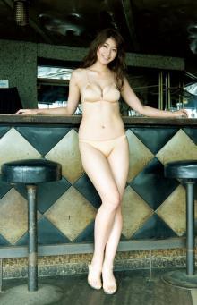 神スイング稲村亜美、美バスト弾けるビキニ姿 大人SEXYに魅せる