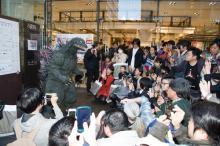 ゴジラの誕生日を祝福! 初のゴジラ専門リアルショップ「ゴジラ・ストア」新宿出張所に1500人来場
