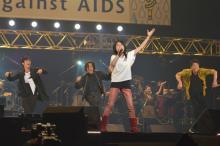 『AAA2016』岸谷五朗、夫婦共演で盛り上げる 23組56人が大熱唱・熱演