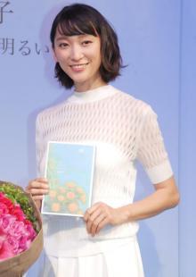 杏、真っ白な衣装で詩を朗読 『現代詩花椿賞』贈賞式でゲスト登場