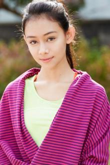 パリコレ出席で世界メディアが期待する15歳の新人モデルとは?大人びた表情で魅了