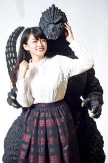 """山地まりちゃんが全長約192cmの巨大ゴジラをレビュー!「手を<span class=""""hlword1"""">恋人つなぎ</span>したり、後ろから抱き締められたい」"""