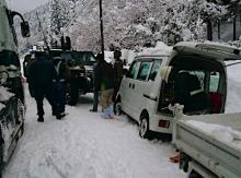 大雪で車依然、立ち往生