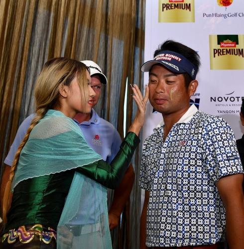 池田勇太らがミャンマー伝統のタナカを顔に