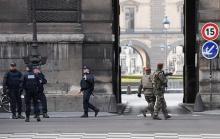 ルーブル美術館近くに刃物男=兵士発砲、過激派テロか-仏