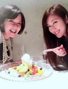 多岐川裕美 娘・華子に誕生日を祝ってもらい仲良し2ショット