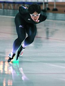 練習をする小平=スピードスケート