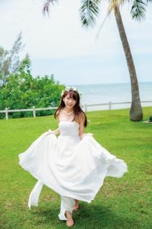 お嫁さんにしたいNo.1乃木坂46秋元真夏、純白ウェディングドレス姿を初披露 水着、ミニドレスも<写真集先行カット>