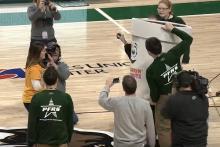 バスケのハーフコートシュートを決めた観客の女性にまさかのサプライズが・・・【動画】