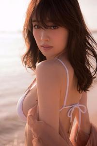 エロふわボディー炸裂! 泉里香、初の水着写真集でモグラ女子の本気を魅せる