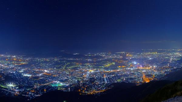 星景撮影の経験と夜景撮影の技術による片山絢氏の星夜景写真展「color color twinkle」