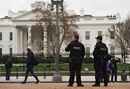 ホワイトハウス前で「車内に爆弾」