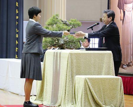 被災の阿蘇キャンパス学生卒業=熊本市で式-犠牲の姉に代わり出席も・東海大