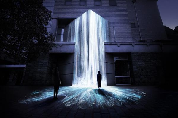 建物に滝をプロジェクションマッピングした新作が常設展示される「チームラボ 徳島県文化の森」