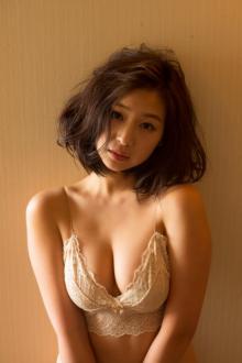 元祖日本一かわいい女子高生佐山彩香、現在進行系の色気を大胆開放