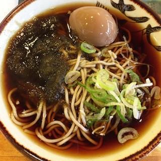 立ち食いそば散歩 (56) ふたつの顔をもつ高田馬場「幸寿司」の1杯は、学生の街にもよく似合う