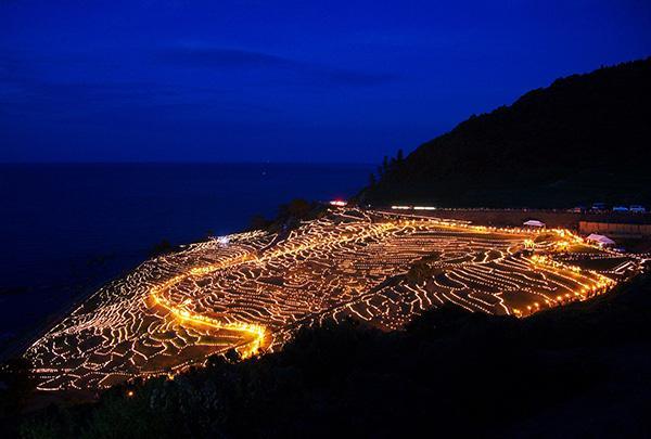 白米千枚田のあぜ道をキャンドルで飾る「あぜの万燈」が3年半振りに復活開催