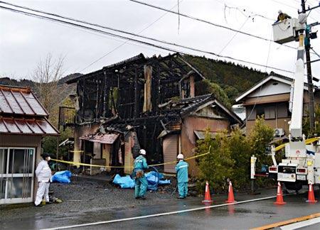 住宅火災で2遺体