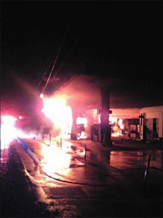 スタンドにトラック突っ込み炎上