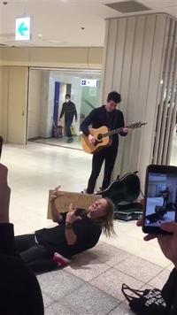 スター歌手ショーン・メンデス、「そっくりさん」に見せかけて本人が新宿で路上ライブ
