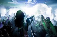 霧の中で踊る「スモーキーディスコ」渋谷clubasiaで初開催 シーシャや燻製フードも