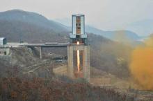 """新型エンジン燃焼実験成功=金氏視察、近く<span class=""""hlword1"""">ミサイル発射</span>か-北朝鮮"""