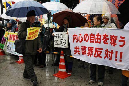 共謀罪「民主主義の否定」=雨の中、官邸前で抗議集会