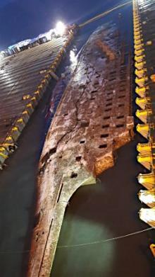 セウォル号船体、一部海上に=韓国