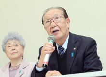 会見する飯塚代表と横田さん