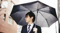 片側の肩を犠牲にしない 傘の軸を中心からあえてずらした「折りたたみ傘」がクラウドファンディングで登場