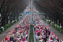 表参道を駆け抜ける女性ランナー