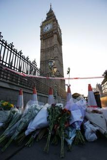 拘束8人はテロ準備容疑=死者4人に、捜索続く-英議会テロ