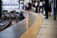不快ッ!「通勤中の駅構内やホーム」でイラっとする女性の言動ワースト5
