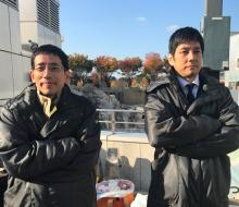 西島秀俊、野間口徹と並んで日光浴 ドラマ『CRISIS』オフショット公開
