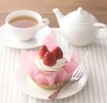 銀座コージーコーナーに和のケーキ「紅ほっぺとさくらのロール」--プレミアムフライデー限定で!