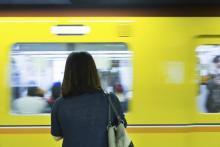 男性客から大ブーイング!「帰宅電車」でイラつく女性の特徴1位は…