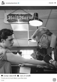 ブルックリン・ベッカム、初めてのタトゥーは父デヴィッドとお揃い