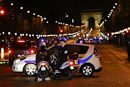 パリ・シャンゼリゼで銃撃テロ