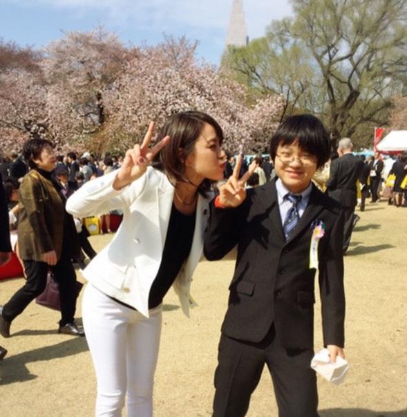 今井絵理子 思春期の息子にキスポーズする2ショット公開