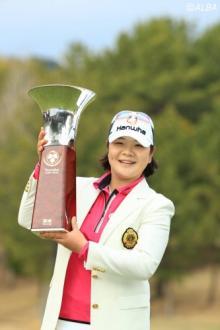 ガンを克服した不屈のゴルファーが参戦5戦目で日本ツアー初V!渡邉彩香は2位