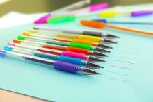 黒はまさかの2位!好きなボールペンの色ランキング、1位は…