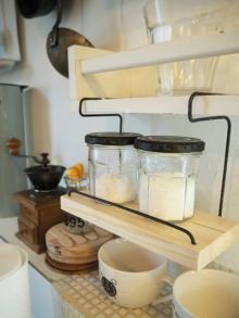 アイデア満載!女子DIYクリエイターリレー 簡単DIYでキッチンに収納スペースを作ろう! 「番線ハンギングシェルフ」by スプンクさん