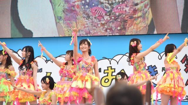 NMB48、沖縄で「365日の紙飛行機」初披露 山本彩「一緒に歌って」