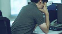 仕事のストレスで不眠に…病院に行くべきか?